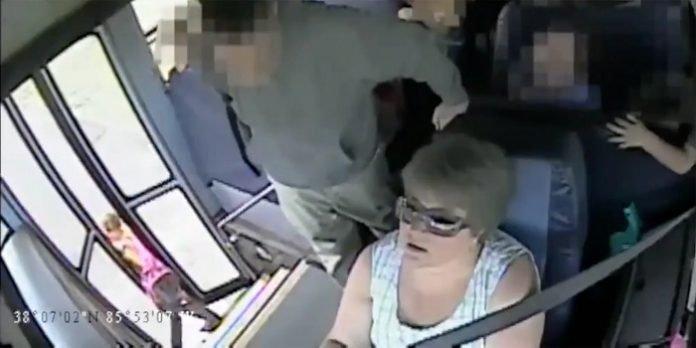 Az iskolabusz több mint 300 méteren át húzza maga után a 6 éves kislányt a buszsofőr figyelmetlensége miatt