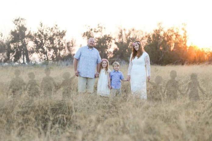 """7 vetélése is volt az édesanyának, megható családi fotót készített - a képen az """"angyal babák"""" is rajta vannak"""