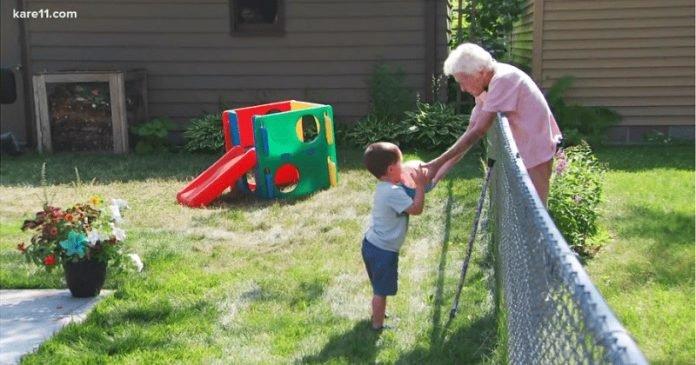 Szoros barátság kötődött a 2 éves kisfiú és a szomszédban lakó 99 éves néni között
