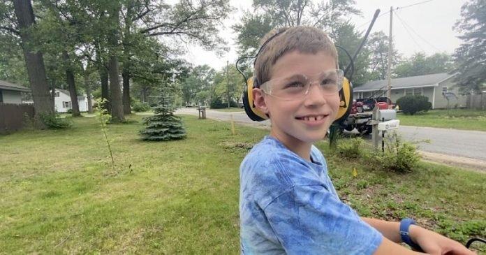 Egy 8 éves fiú fűnyírással tölti a nyári vakációt - segít az időseknek, veteránoknak, mozgássérülteknek