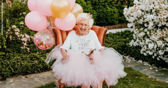 """Hercegnőként ünnepelte 90. születésnapját a nagyi: """"90 évbe telt, hogy ilyen jól nézzek ki!"""""""