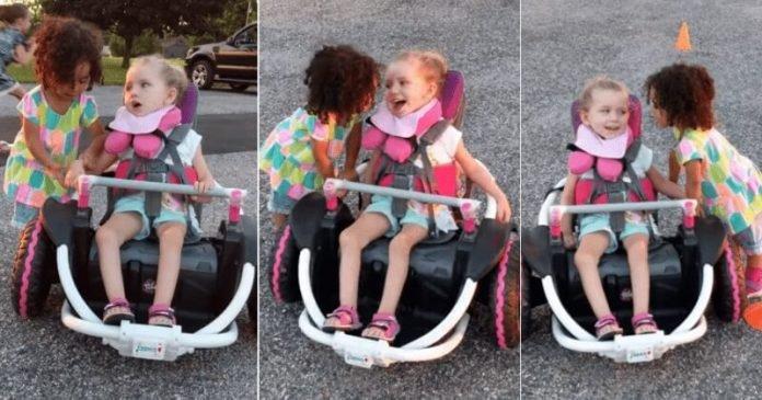 Egy kislány segített fogyatékkal élő barátnőjének kipróbálni új elektromos kerekesszékét