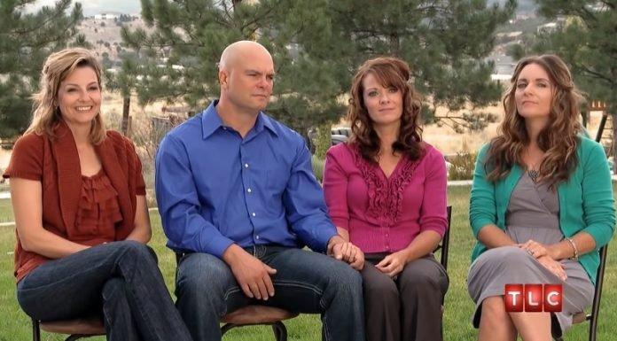 Az ikertestvérek ugyanahhoz a férfihoz mentek feleségül, ráadásul az unokatestvérük is velük él!