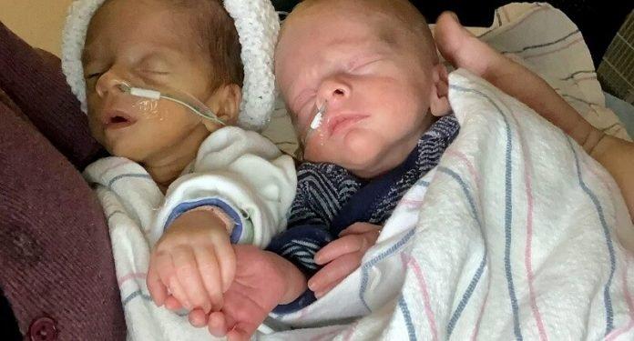 A koraszülés miatt szétválasztott ikrek édesanyjuk első ölelésében egymás kezét fogva találtak újra egymásra!