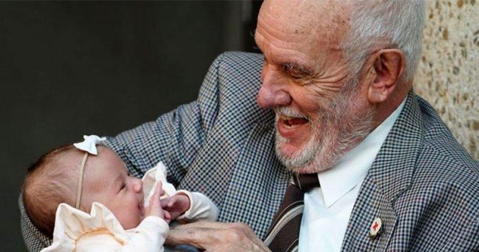 Az ausztrál férfi több mint 2 millió életet mentett meg azzal, hogy 60 éven át minden héten vért adott