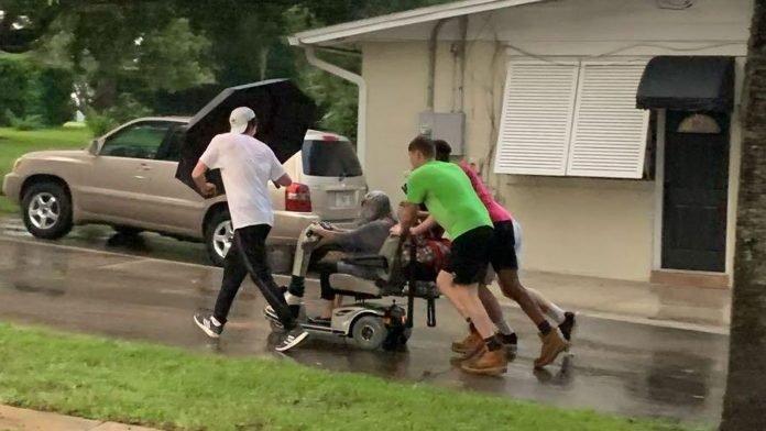 Négy férfi a zuhogó esőben hazatolta az idős nőt, akinek elromlott az elektromos járgánya